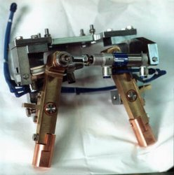 High-voltage yoke with pneumatically controllable contact pliers